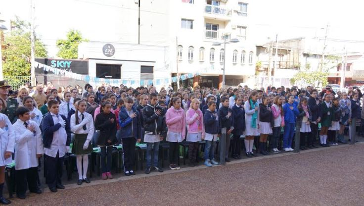 niños jurando por ambiente frente a la legislatura misionera