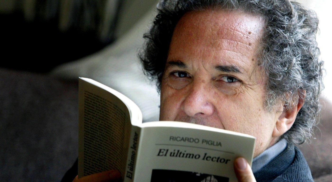 """06/04/2005.DIGITAL.Enviado por e-mail. El escritor Ricardo Piglia, ha presentado su libro """"El último lector"""". Barcelona. Foto:Susanna SáezÚLTIMO LIBRO DEL ARGENTINO PIGLIA    JOAN SÁNCHEZ El argentino Ricardo Piglia con su última obra."""